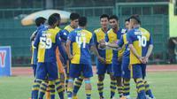 MENANG - Arema Cronus sukses memetik kemenangan 2-1 atas Persis Solo di laga uji coba yang berlangsung di Stadion Manahan, Senin (25/5) sore WIB. (Bola.com/Kevin Setiawan)