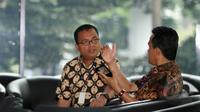Denny Indrayana (kiri) berbincang dengan Refly Harun (kanan) di Gedung KPK, Jakarta (17/2/2015). Kedatangannya untuk memberi masukkan kepada ketua KPK Abraham Samad terkait penetapannya sebagai tersangka oleh pihak kepolisian. (Liputan6.com/Faisal R Syam)