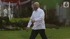 Mantan Koordinator Staf Khusus Presiden, Teten Masduki tiba di Kompleks Istana Kepresidenan, di Jakarta, Selasa (22/10/2019). Teten mengenakan kemeja putih dan celana panjang hitam layaknya para calon menteri di kabinet kerja jilid 2. (Liputan6.com/Angga Yuniar)