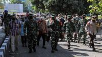 Panglima TNI Marsekal Hadi Tjahjanto (dua kiri) bersama rombongan saat tiba di Asrama Haji Donohudan, Boyolali, Jawa Tengah, Minggu (25/7/2021). (Badan Nasional Penanggulangan Bencana/BNPB)