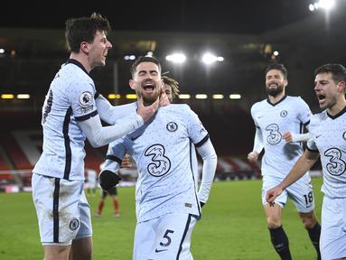 Gelandang Chelsea, Jorginho (tengah) melakukan selebrasi usai mencetak gol ke gawang Sheffield United pada pertandingan lanjutan Liga Inggris di stadion Bramall Lane di Sheffield, Inggris, Senin (8/2/2021). Chelsea menang tipis atas Sheffield United 2-1. (Oli Scarff / Pool via AP)