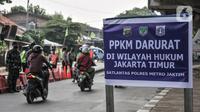 Pemberitahuan PPKM Darurat terpasang saat penyekatan di kawasan Lampiri, Kalimalang, Jakarta, Senin (5/7/2021). Penyekatan ini akan berlangsung selama 24 jam saat masa PPKM Darurat. (merdeka.com/Iqbal S. Nugroho)