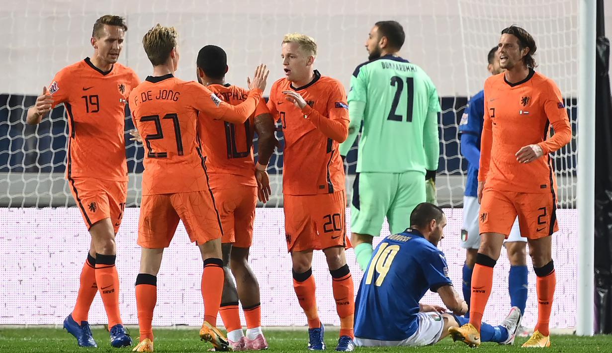 Pemain Belanda merayakan gol yang dicetak Donny Van de Beek ke gawang Italia pada laga lanjutan UEFA Nations League di Atleti Azzurri d'Italia Stadium, Kamis (15/10/2020) dini hari WIB. Italia imbang 1-1 atas Belanda. (AFP/Marco Bertorello)