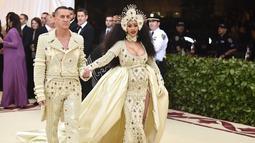 Penyanyi Cardi B didampingi Jeremy Scott saat menghadiri Met Gala 2018 di Metropolitan Museum of Art, New York (7/5). Cardi B terlihat mengenakan gaun yang dihiasi manik-manik saat menghadiri Met Gala 2018. (Photo by Evan Agostini/Invision/AP)