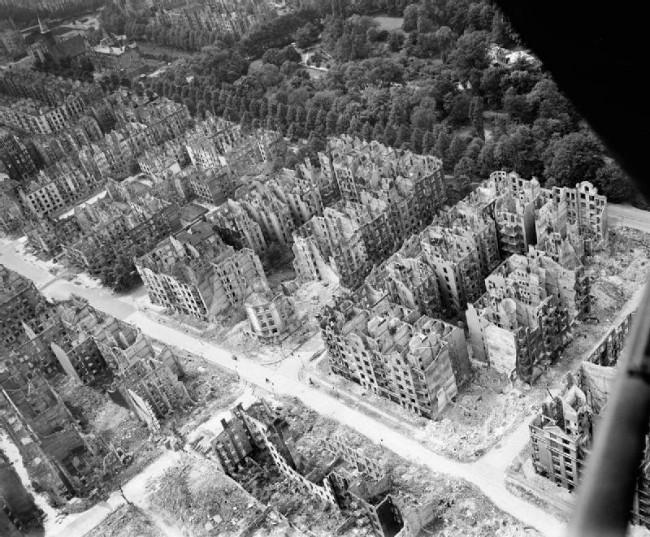 Salah satu bagian kota Hamburg saat pemboman dalam Perang Dunia II. (Sumber Imperial War Museum)