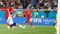 Pemain timnas Belgia, Marouane Fellaini mencoba melepaskan tembakan ke gawang Inggris pada laga terakhir Grup G di Stadion Kaliningrad, Kamis (28/6). Belgia menutup fase grup Piala Dunia 2018 dengan kemenangan 1-0 atas Inggris. (AP/Alastair Grant)