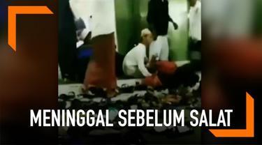 Salah satu jemaah merekam momen saat seorang pria meninggal dunia sebelum salat subuh di musala.