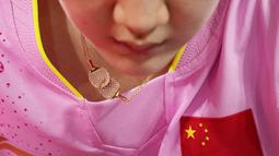 Petenis China Chen Meng mengenakan kalung bergambar raket pada pertandingan perebutan medali emas tunggal putri tenis meja Olimpiade Musim Panas 2020 di Tokyo, Jepang, Kamis (29/7/2021). (AP Photo/Kin Cheung)