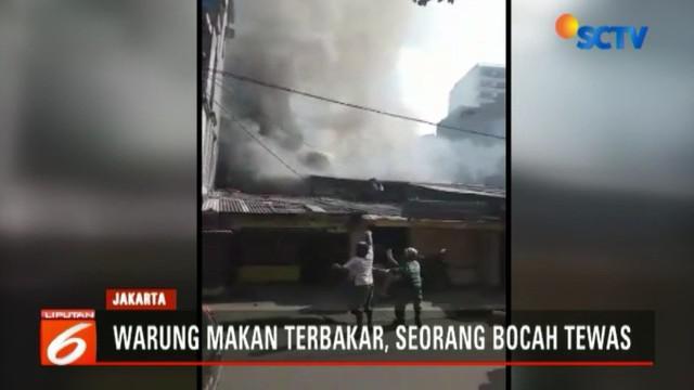 Sebagian warga berusaha menyelamatkan diri dengan naik ke atap namun terjatuh.