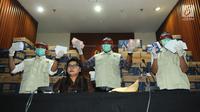 Wakil Ketua KPK Basariah dan Petugas KPK menunjukkan barang bukti OTT uang senilai Rp8 miliar di gedung KPK, Jakarta, Kamis (28/3). KPK mengamankan uang dalam 24 kardus terkait dugaan suap pelaksanaan kerja sama pengangkutan di bidang pelayaran angkut barang pupuk. (merdeka.com/Dwi  Narwoko)