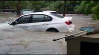 BMW Seri 3 hanyut terbawa arus banjir