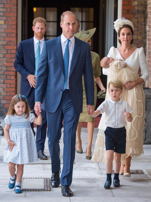 Pangeran William dan Kate Middleton bersama anak-anak mereka tiba pada acara pembaptisan Pangeran Louis di Chapel Royal, St. James Palace, Senin (9/7). Ini menjadi penampilan pertama kalinya mereka muncul berlima di publik. (Dominic Lipinski/Pool via AP)#source%3Dgooglier%2Ecom#https%3A%2F%2Fgooglier%2Ecom%2Fpage%2F%2F10000