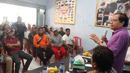 Tokoh Nasional Rizal Ramli melakukan dialog dengan nelayan PNKT, Kota Tegal, Kamis (4/1). Dalam pertemuan itu Rizal Ramli menyarankan pemerintah memberikan ijin kepada nelayan untuk  memiliki kapal diatas 30 ton. (Liputan6.com/Pool/Asin)