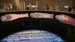 Orang-orang mengunjungi Museum Nasional Peradaban Mesir (NMEC) di Distrik Fustat, Kairo Lama, Mesir, 4 April 2021. Museum Nasional Peradaban Mesir kembali dibuka sehari setelah upacara Parade Emas Firaun. (Mahmoud KHALED/AFP)