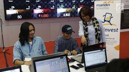 Direktur Mandiri Sekuritas Lisana Irianiwati saat melihat peserta kompetisi Trading Challenge 2017 di bursa efek indonesia, Jakarta, Kamis (7/12). Kompetisi ini diikuti oleh 120 pesera se-Jabodetabek. (Liputan6.com/Angga Yuniar)