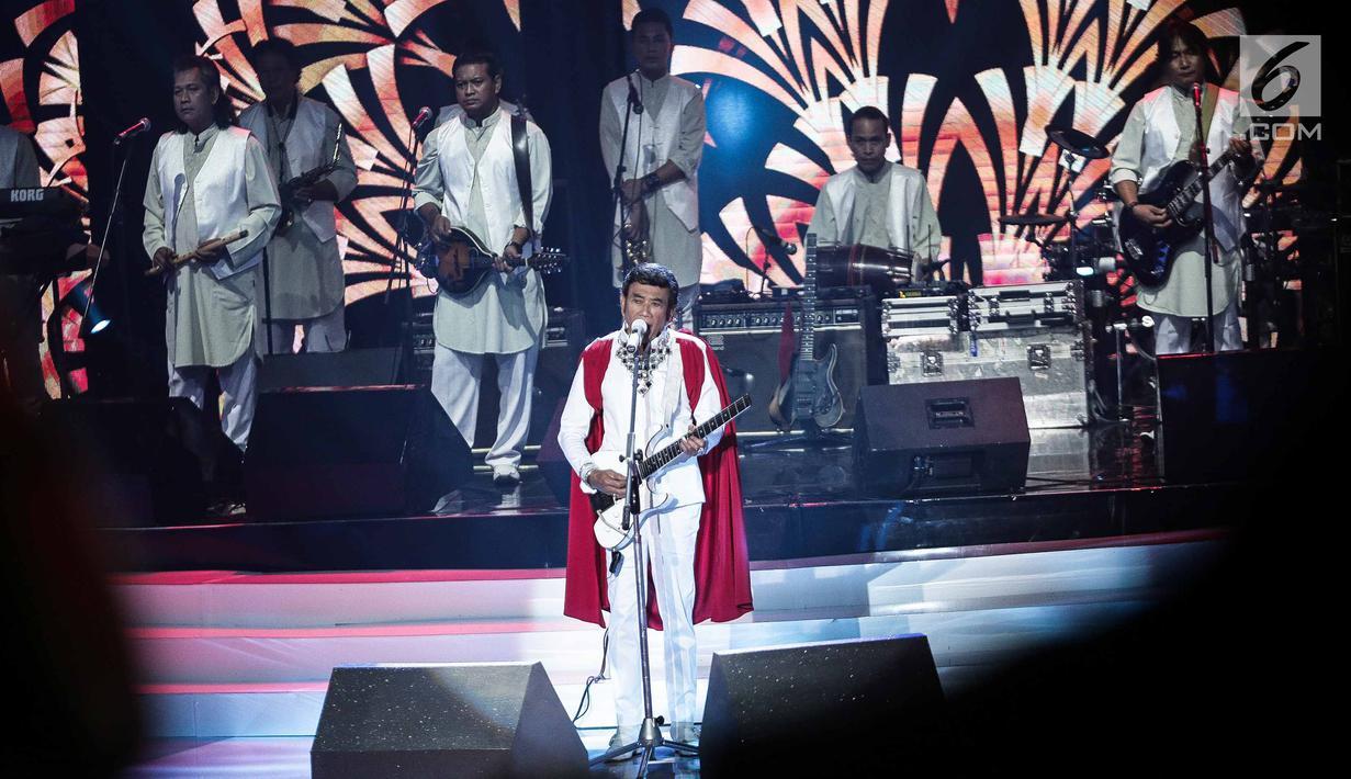 Penampilan Rhoma Irama bersama Soneta dalam malam puncak Puteri Muslimah Asia 2018 di Jakarta, Senin (7/5). Rhoma Irama membawakan lagu berjudul 'Modern' dan 'Kerudung Putih'. (Liputan6.com/Faizal Fanani)