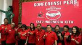 Ketua DPP PDIP Bidang Pemuda dan Olahraga Sukur H Nababan (tengah) bersama sejumlah panitia dan pengisi acara perayaan 90 tahun Sumpah Pemuda di Kantor DPP PDIP Menteng, Jakarta, Selasa (23/10). (Liputan6.com/Johan Tallo)