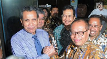 Dirut BPJS Ketenagakerjaan Agus Susanto (kanan) bersama Deputi Pencegahan KPK Pahala Nainggolan (kiri) usai bertemu di Gedung KPK, Jakarta, Rabu (21/2). Agus minta bantuan KPK mengawal dana pengelolaan sebesar Rp 320 trilun. (Liputan6.com/Herman Zakharia)
