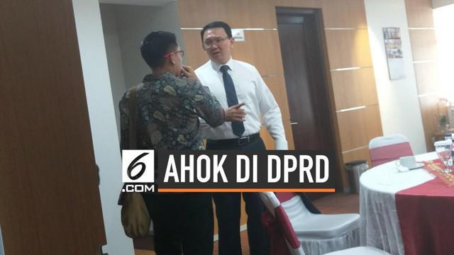 Basuki Tjahaja Purnama alias Ahok terlihat menghadiri acara pelantikan anggota DPRD DKI 2019-2024. Mantan staf Ahok, Ima Mahdiah berhasil lolos ke DPRD DKI melalui PDIP.