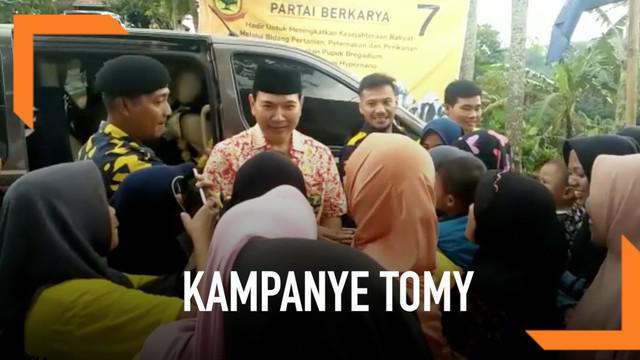 Hutomo Mandala Putra atau Tommy Soeharto melakukan kampanye di Sukabumi, Jawa Barat. Ia menemui para petani untuk mengecek kondisi ekonomi petani.