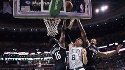 Pemain Boston Celtics, Jonas Jerebko (tengah) dihimpit dua pemain Brooklyn Nets pada laga NBA preseason basketball game, Boston, Selasa (18/10/2016) WIB. Celtics menang atas Nets 120-99. (AP/Charles Krupa)