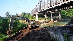 Menurut Bina Marga, perbaikan dua jalur jembatan pantura sebelah Utara dan Selatan yang ambles dengan kedalaman 1,5 meter itu ditargetkan selesai H-3 Lebaran. (ANTARA FOTO/Oky Lukmansyah)