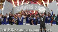 Leicester City berhasil mengangkat trofi Community Shield 2021 setelah berhasil menundukkan juara Liga Inggris musim lalu, Manchester City. The Foxes mampu unggul tipis walapun kekuatan permainan hampir seimbang selama 90 menit. (Foto: AFP/Adrian Dennis)