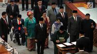 Sembilan anggota DPR saat diambil sumpah dan janji saat Pergantian Antar Waktu (PAW) pada Rapat Paripurna DPR, Jakarta, Selasa (2/10). Mereka terdiri dari 5 Fraksi Gerindra, 1 Fraksi Demokrat, 2 Fraksi PAN, dan 1 Fraksi PPP. (Liputan6.com/JohanTallo)