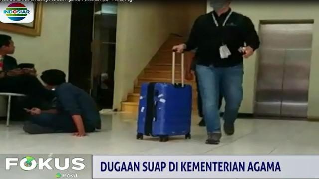Sejumlah dokumen dari ruang kerja Romi, tampak disita tim penyidik ditempatkan dalam koper.