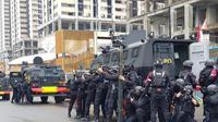 Pasukan Gegana KorBrimob Polri melakukan latihan besar-besaran di Distrik 1 Meikarta, Lippo Cikarang, Sabtu (20/2/21).