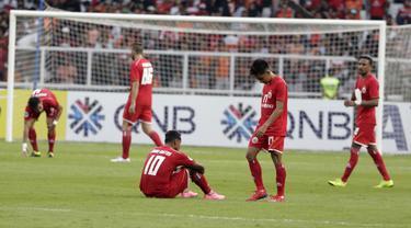 Para pemain Persija Jakarta tampak kecewa usai ditahan imbang Becamex Binh Duong pada laga Piala AFC di SUGBK, Jakarta, Selasa (26/2). Kedua klub bermain imbang 0-0. (Bola.com/M. Iqbal Ichsan)