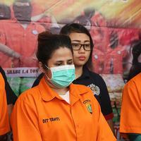 Pihak kepolisian menggelar rilis kasus narkoba yang menjerat anak penyanyi dangdut Elvy Sukaesih, Dhawiya Zaida. Selain Dhawiya, polisi juga mengamankan tiga orang lainnya di kediaman Elvy di kawasan Cawang, Jakarta Timur. (Bambang E Ros/Bintang.com)