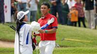 Caddie Naraajie Emerald Ramadhan Putra menghibur Naraajie Emerald Ramadhan Putra yang akhirnya hanya berhasil menduduki peringkat keempat pada turnamen golf pro BRI Indonesia Open 2019, Minggu (1/9/2019). (Bola.com/Peksi Cahyo)