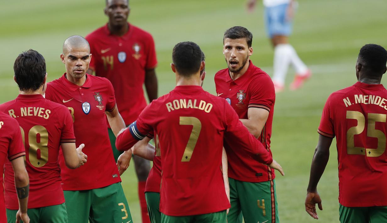 Para pemain Portugal merayakan gol kedua ke gawang Israel yang dicetak striker Cristiano Ronaldo (tengah) dalam laga uji coba menjelang Euro 2020 di Jose Alvalade Stadium, Lisbon, Rabu (9/6/2021). Portugal menang 4-0 atas Israel. (AP/Armando Franca)