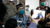 Sekretaris Umum FPI Munarman memberikan keterangan terkait aksi penyerangan terhadap polisi oleh Laskar FPI di Petamburan III, Jakarta, Senin (7/12/2020). Polisi menembak mati enam orang yang mengawal rombongan Rizieq Shihab. (Liputan6.com/Faizal Fanani)