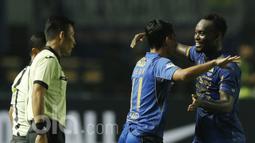 Gelandang Persib Bandung, Michael Essien, saat debut resmi di Liga 1 Indonesia melawan Arema FC di Stadion GBLA, Sabtu (15/04/2017). Skor berakhir imbang 0-0. (Bola.com/M Iqbal Ichsan).