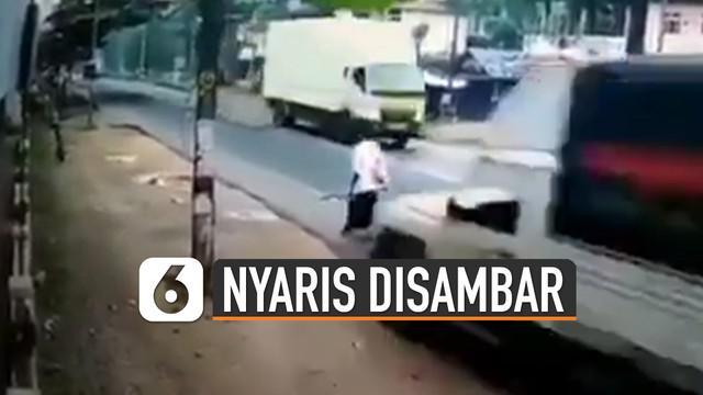 Beredar video pejalan kaki hampir disambar oleh mobil boks viral di media sosial.