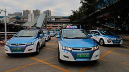 Armada taksi bertenaga listrik terlihat di kota Shenzhen, sebelah selatan China pada 7 Januari 2019. Taksi listrik dilengkapi dengan terminal on-board yang memberi tahu pengemudi di mana taksi kurang, seperti bandara, atau lokasi lainnya. (AP/Vincent Yu)