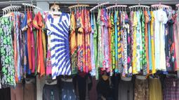 Display busana pada sebuah toko di sentra konveksi Bulak Timur, Depok, senin (11/5/2020). Saat ini penjualan tiap hari berkisar hanya satu hingga lima potong pakaian, yang menurut mereka hanya sekedar penglaris saja. (merdeka.com/Arie Basuki)