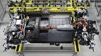 Tampilan Sasis dan unit baterai mobil listrik Porsche Taycan saat proses perakitan di pabrik perusahaan Porsche AG di Stuttgart, Jerman, Rabu (4/3/2020). Porsche Taycan merupakan mobil bertenaga listrik pertama  dari pembuat mobil mewah Jerman, Porsche AG. (AFP Photo/Thomas Kienzie)