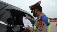 Polisi memeriksa kendaraan di Gerbang Tol Palimanan, Jakarta, Jumat, (7/5/2021). Gerbang Tol Palimanan terpantau sepi pemudik dan didominasi oleh kendaraan angkutan barang pada hari kedua penyekatan. (merdeka.com/Imam Buhori)