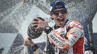 Pembalap Repsol Honda, Marc Marquez, melakukan selebrasi usai menjuarai MotoGP Thailand di Sirkuit Buriram, Minggu (6/10/2019). Pembalap asal Spanyol itu menyudahi balapan 26 lap dengan catatan waktu 39 menit 36,223 detik. (AFP/Lillian Suwanrumpha)