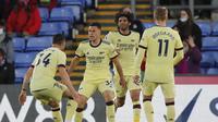 Para pemain Arsenal merayakan gol kedua ke gawang Crystal Palace yang dicetak striker Gabriel Martinelli (tengah) dalam laga lanjutan Liga Inggris 2020/2021 pekan ke-37 di Selhurst Park, London, Rabu (19/5/2021). Arsenal menang 3-1 atas Crystal Palace. (AP/Frank Augstein/Pool)