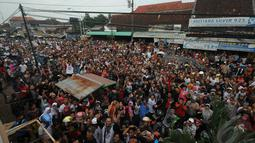 Jokowi blusukan ke Pasar Induk Kajen. Kunjungan itu merupakan bagian dari roadshow kampanyenya di wilayah Pantai Utara Pulau Jawa, Pekalongan, Kamis (19/6/2014) (Liputan6.com/Herman Zakharia)