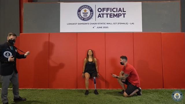 Dareen Barbar ini memecahkan rekor sebagai wanita dengan amputasi kaki kiri yang mampu menahan posisi duduk di tembok statis terlama (Longest Samson's chair/static wall sit (female)-LA1)