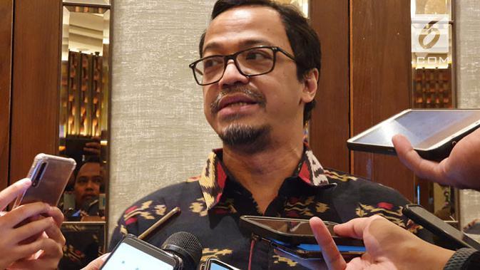 Sekjen APJII Henri Kasyfi Soemartono saat memberikan penjelasan mengenai survei penetrasi pengguna internet di Indonesia kepada wartawan di Jakarta, Rabu (15/5/2019) malam. (Liputan6.com/ Agustin S. Wardani)