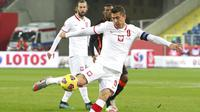 Pemain Polandia, Robert Lewandowski, melepaskan tendangan saat melawan Belanda pada laga UEFA Nations League di Stadion Silesian, Kamis (19/11/2020). Belanda menang dengan skor 2-1. (AP/Czarek Sokolowski)