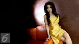 Penyanyi, Rina Mubal Arum saat melakukan sesi pemotretan dengan Liputan6.com di Jakarta, Rabu (20/10/2015). Desainer Rina Mubal Arum mencoba melebarkan karirnya dengan menjadi penyanyi bergenre pop. (Liputan6.com/Yudha Gunawan)