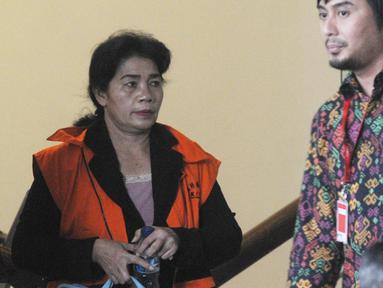 Hakim Adhoc Tipokor PN Medan Merry Purba usai menandatangani berkas P21 tahap 2 di Gedung KPK, Jakarta, Rabu (26/12). Merry mengenakan rompi tahanan dan dikawal petugas KPK. (Merdeka.com/Dwi Narwoko)