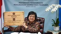 Menteri LHK Siti Nurbaya berikan penghargaan bagi perusahaan yang dianggap berhasil mengurangi sampah. (dok. Biro Humas KLHK/Dinny Mutiah)